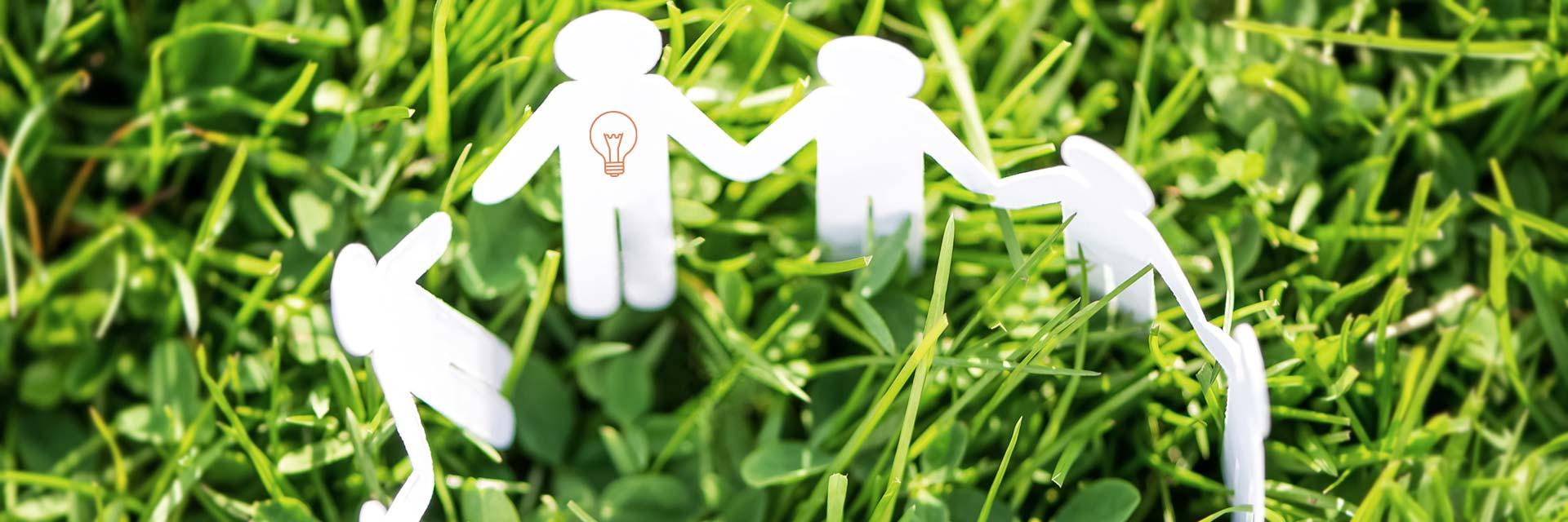 Konsultation ledarskap ledarcoachning illustrerat av pappfigurer i cirkel som håller varandra i händerna
