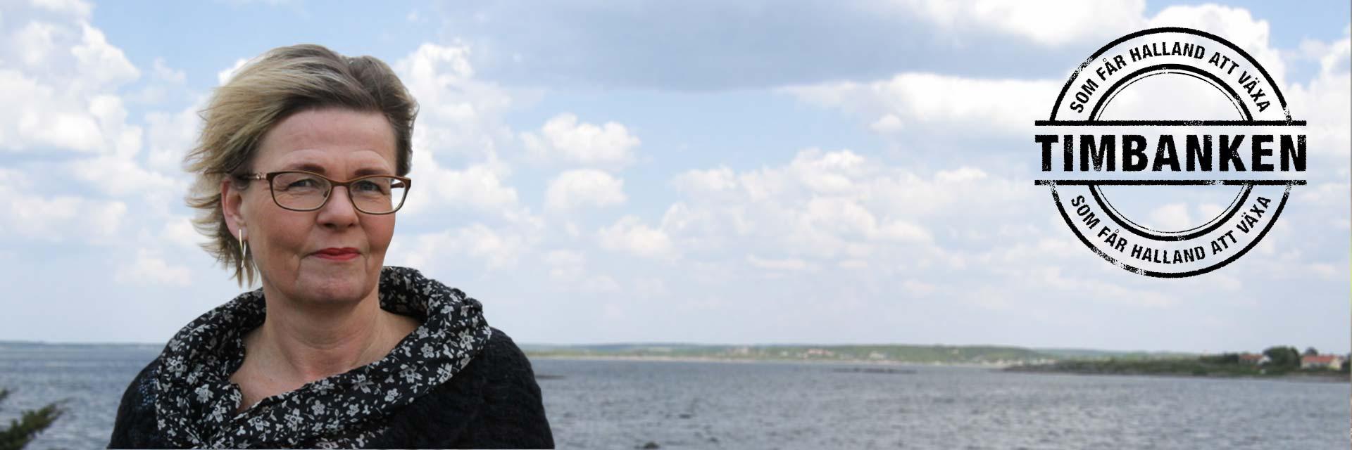 konsult säljcoach Hanna Plymouth Timbanken Halland gratis kostnadsfritt står framför hav med Timbanken logotype